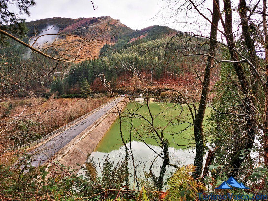 presa vistas desde el camino, Ruta embalse de Aixola