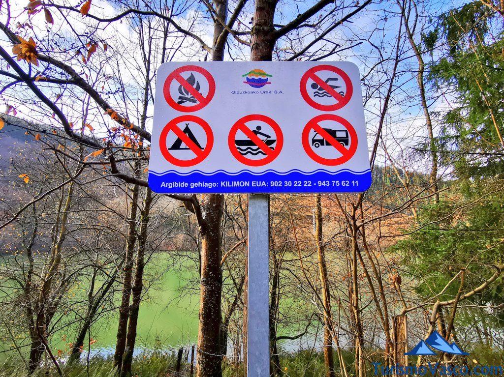 señal prohibido bañarse, pescar, acampar, fuego, Ruta embalse de Aixola