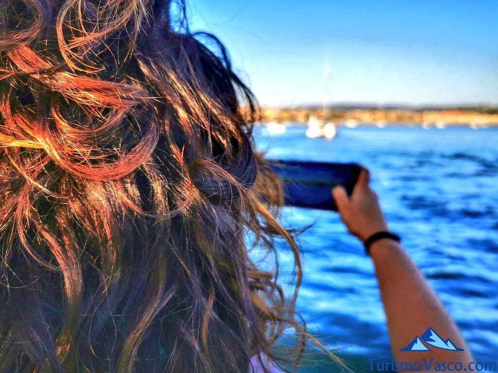 fotografiando la costa vasca desde el atyla, ruta velero pirata Atyla Bilbao