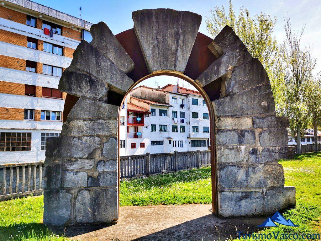 arco de entrada del Hospital de la Piedad de Azkoitia, qué ver en Azkoitia