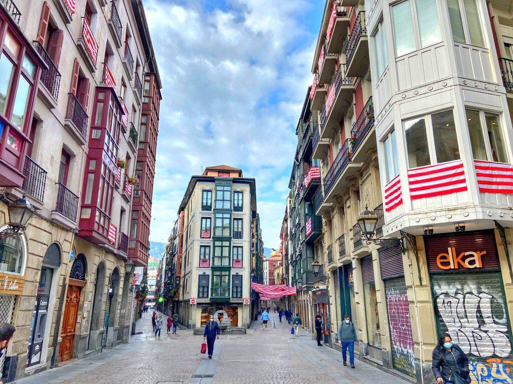calles del casco viejo de Bilbao lleno de banderas del Athletic de Bilbao, qué ver en Bilbao