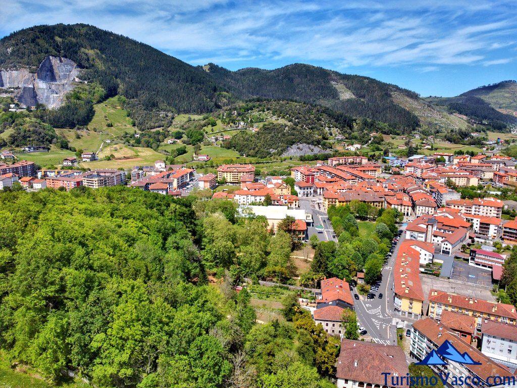 cantera y pueblo de Markina Xemein desde el dron, qué ver en Markina Xemein