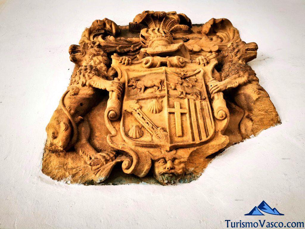 escudo ayuntamiento de deba, qué ver en Deba