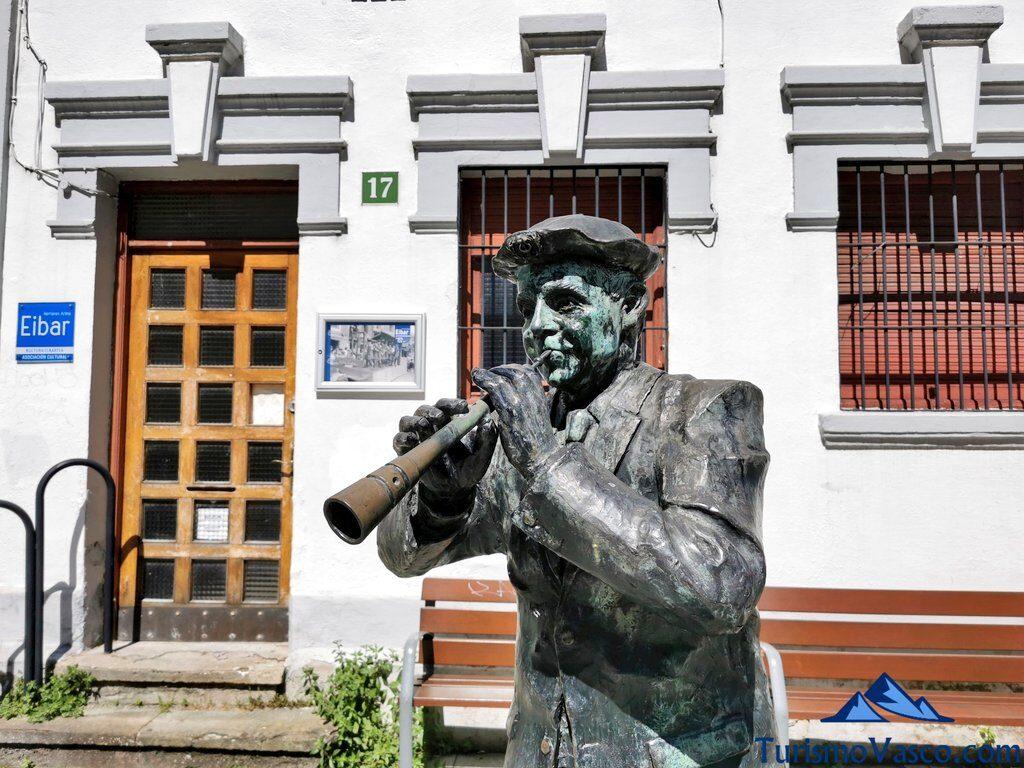 monumento al dulzainero en Eibar, qué ver en Eibar