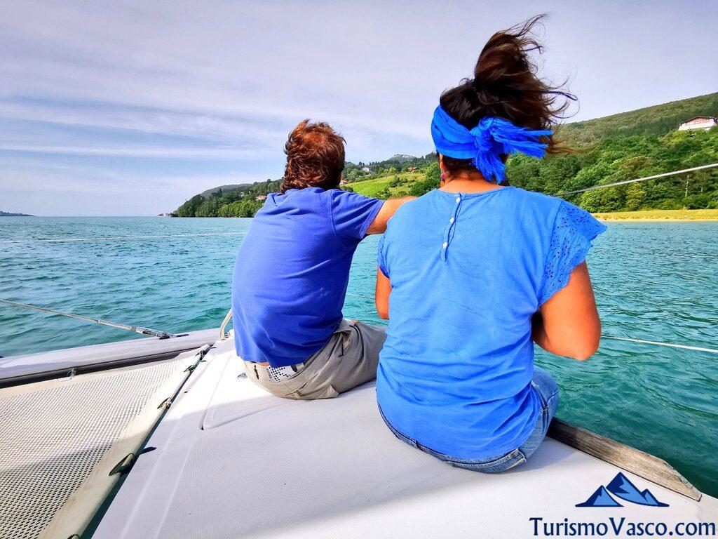 disfrutando de la ruta en barco, ruta en barco en la ría de Urdaibai, alquiler de barco en Urdaibai