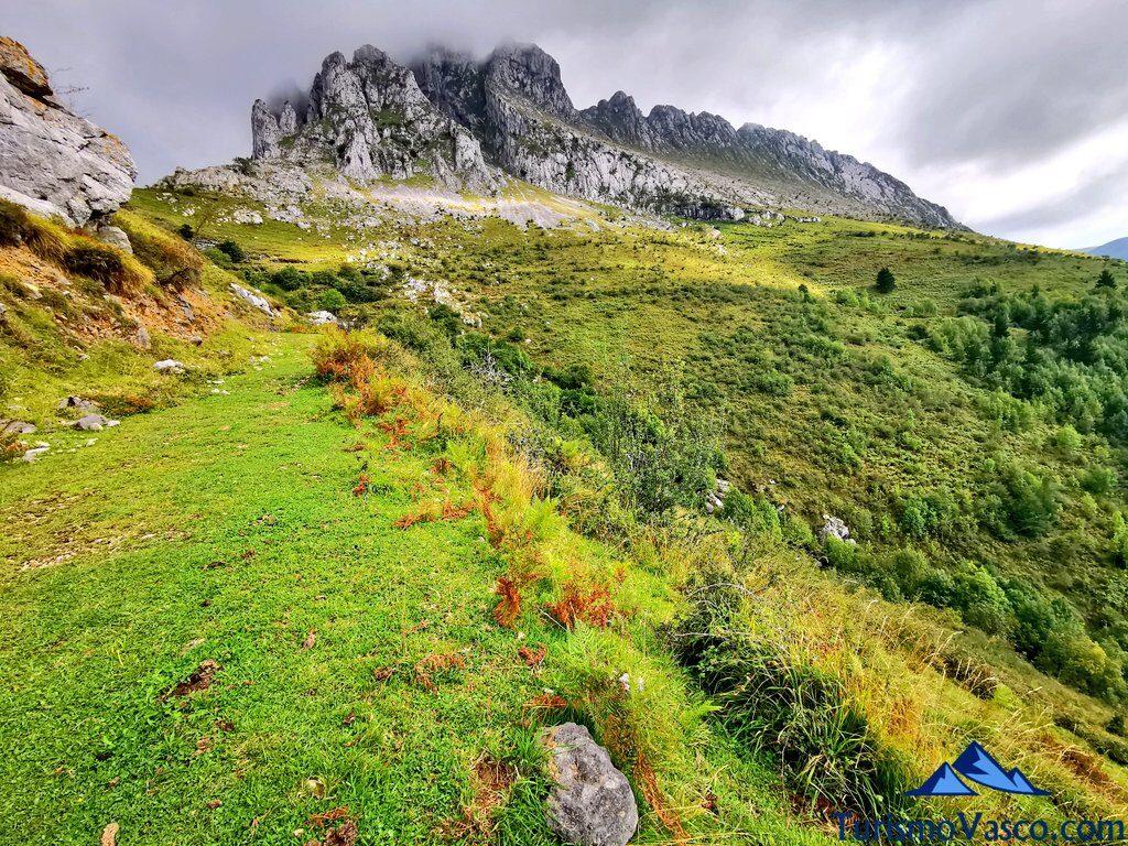 camino a la cascada de aldabide con itxina de fondo, ruta a la cascada de Aldabide, Orozko, Parque Natural de Gorbeia