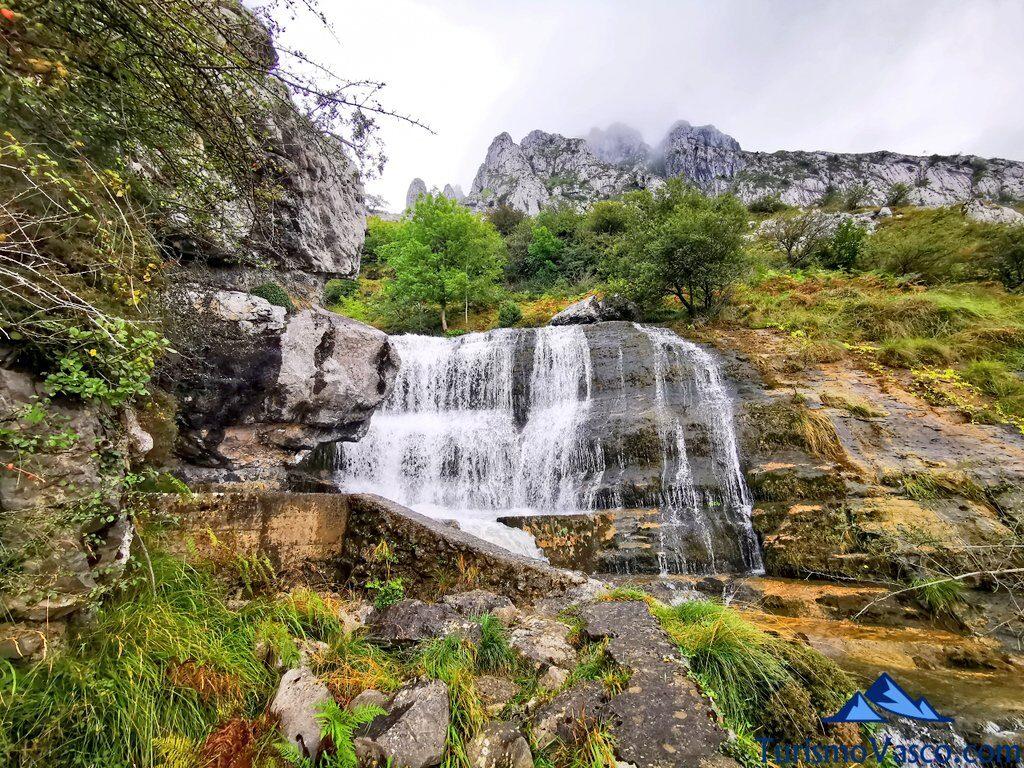 cascada, itxina, ruta a la cascada de Aldabide, Orozko, Parque Natural de Gorbeia